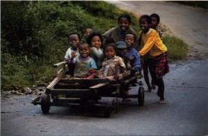 des enfants dans une carriole