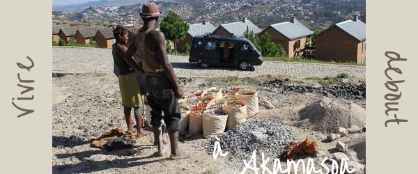 Comment vivre debout à Akamasoa : le combat du Père Pedro